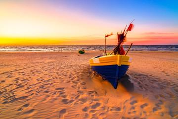 Photo sur Toile Corail Zachód słońca kutry rybackie nad morzem