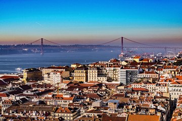 Blick vom Castelo de São Jorge auf Lissabon und die Ponte 25 de Abril