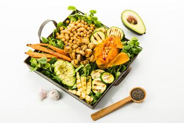 vegan food, Süßkartoffeln, Avocado, Mais, Karotten, Pilze, Kichererbsen, Freisteller
