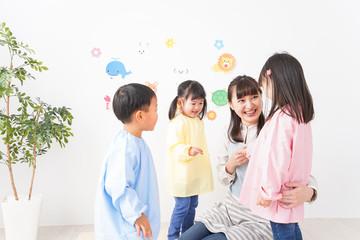 幼稚園・保育園・こども園で笑顔で楽しく遊ぶ児童と先生
