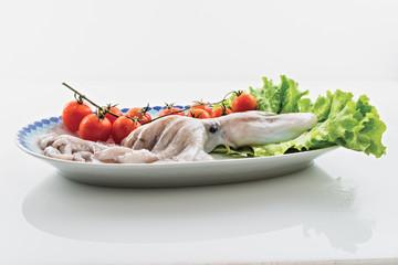 moscardino polpo giovane nel piatto con insalata e pomodorini