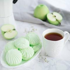 Apple marshmallow with tea
