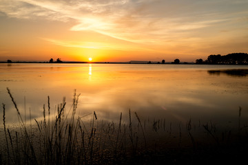 amanecer en la laguna precioso rojizo y reflejo en sus aguas