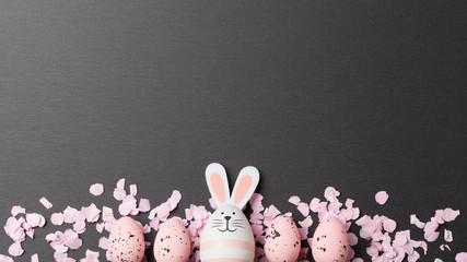 Frohe Ostern Hintergrund mit Ostern Dekoration, Osterhase und Ostereiern