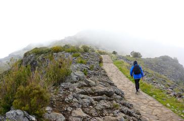 Wanderer auf dem Weg zum Gipfel in den Bergen, Wanderung in Madeira, Bergwandern oder Trekking