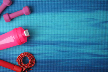 Foto auf Leinwand Gymnastik Flat lay composition of sport equipment on color background. Space for text
