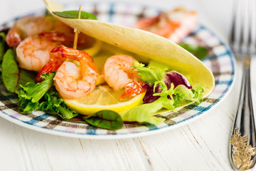 Mexican tortilla stuffed shrimps with lemon and salad