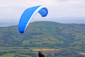 Fototapete - Paraglider in thr Brecon Beacons