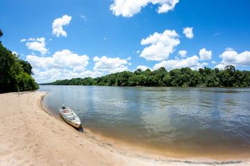 Boot am Essequibo Fluss in Guyana Südamerika, Teil des Amazonas Gebietes