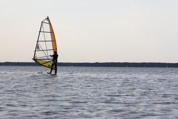 Windsurfer auf einem See