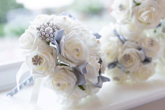 white roses bouquet displayed before the wedding