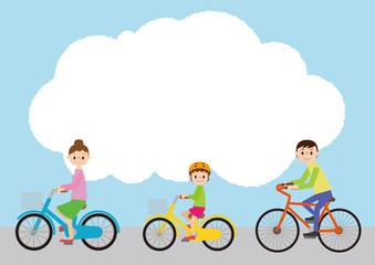 こちらを向いて自転車に乗る、父母と子ども