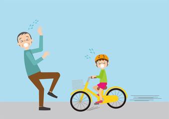 お年寄りとぶつかりそうになる自転車に乗った子ども