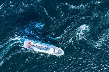 日の光を反射する綺麗な海とボート