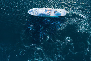 波打つ海を一隻の船が横切っている