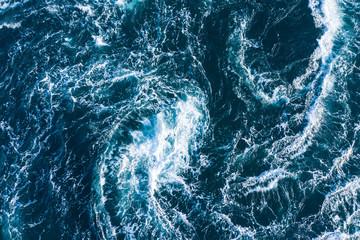 白波が渦を描く荒々しい海の景色