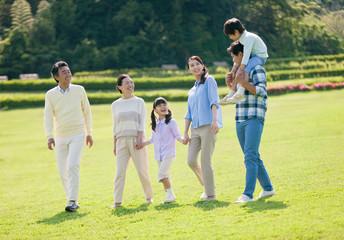 散歩する3世代家族