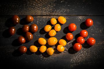 Tomaten-Mix auf schwarzem Holztisch