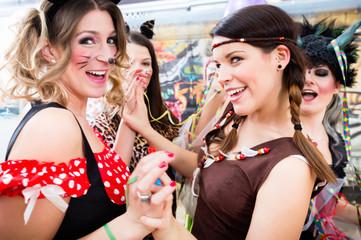 Junge Frauen feiern ausgelassen Fasching auf Umzug an Rosenmontag