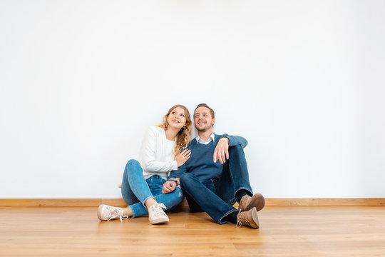 Frau und Mann träumen von der Zukunft im gemeinsamen Heim