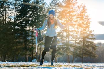 Frau mach einen Spaziergang in der Stadt bei Tauwetter