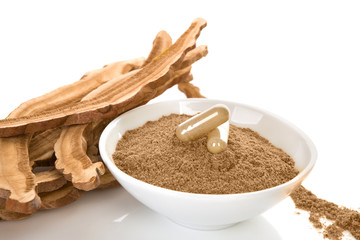 Dried reishi mushrooms with powder and gel capsules