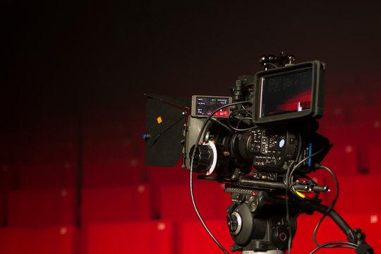 camera vidéo et sieges rouges de cinéma