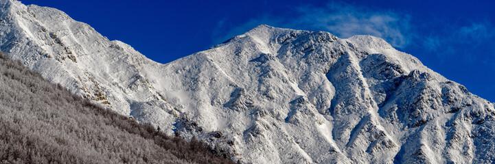 Catena montuosa innevata altissima risoluzione
