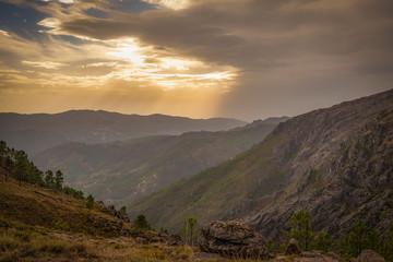 raios de sol nas montanhas