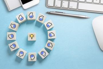 Teamwork - viele Köpfe arbeiten an einer Idee