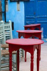 Tische und Stühle in Gasse von Marokko
