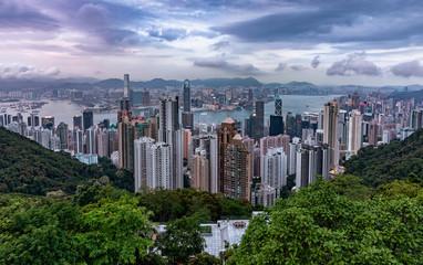 Blick über die Stadt Hongkong mit den zahlreichen Hochhäusern an einem bewölktem Nachmittag im Frühling