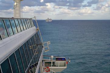 Kreuzfahrtschiffe vorm Horizont