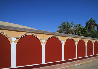 Foto op Canvas Zuid-Amerika land Stunning red colored wall in the oasis town of Huacachina, Ica region, Peru