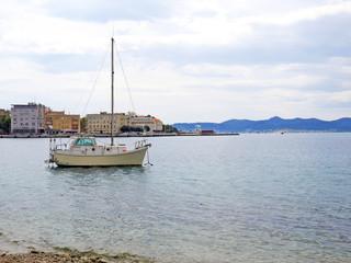 Łódka w zatoce w Zadarze