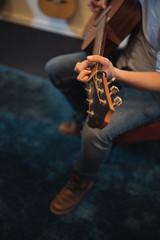 Nahaufnahme der Hände, Finger eines Gitarristen der Gitarre spielt