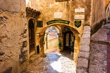 Smalle steeg en oude steenhuizen in Eze-dorp in Frankrijk.