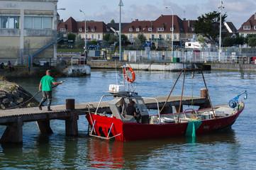 Marins pêcheur font le plein de gasoil sur le quai d' Ouistreham