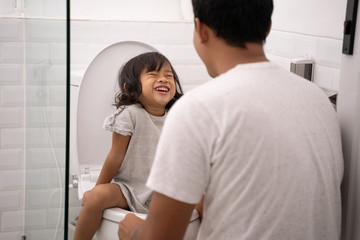 father teach her daughter toilet traning