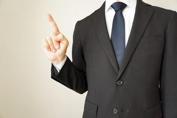 人差し指を指すスーツのビジネスマン男性