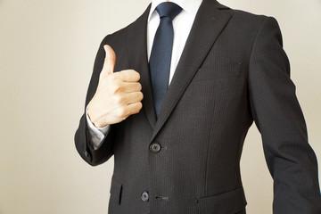 グッドサインをするスーツのビジネスマン