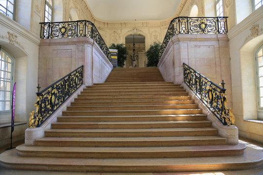Dijon: Prachtvolles Treppenhaus im Herzoglichen Palast (Palais des Ducs et des États de Bourgogne)