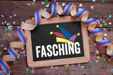 Kreidetafel mit Konfetti und Luftschlange Karneval und Fasching