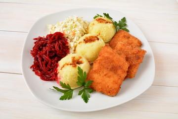 ryba miruna smażona z ziemniakami i surówkami