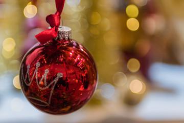 spiegelnde rote Weihnachtskugel