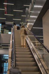 Blick geht eine Rolltreppe hinauf