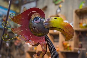 seitlicher Blick auf den Kopf eines Metall-Vogels in einem Spielzeugladen