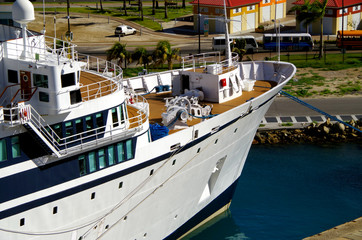 Klassisches Kreuzfahrtschiff in karibischem Hafen