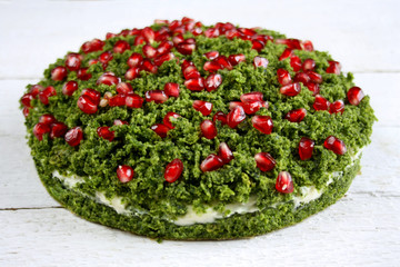 """Ciasto """"zielony mech"""" ze szpinakiem ozdobione pestkami granatu"""