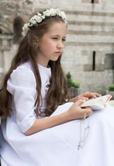 Obraz Dziewczynka się modli przed komunią świętą - fototapety do salonu
